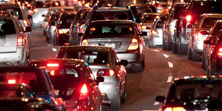 Eine Straße voller Autos in der Nacht