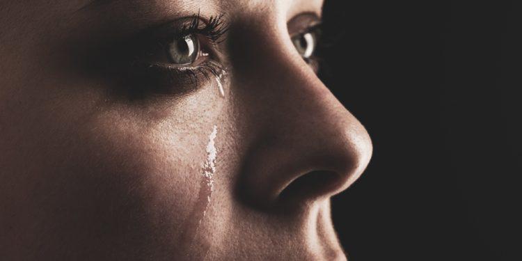 Eine Frau weint.