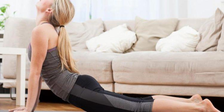 Eine Frau führt eine Yoga-Übung durch.