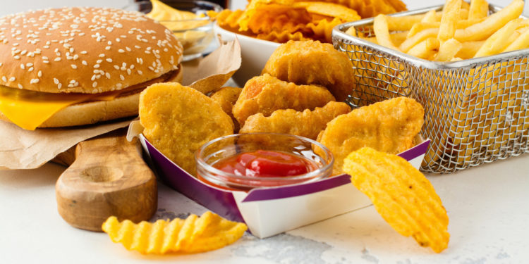 Hamburger und frittiertes Essen.