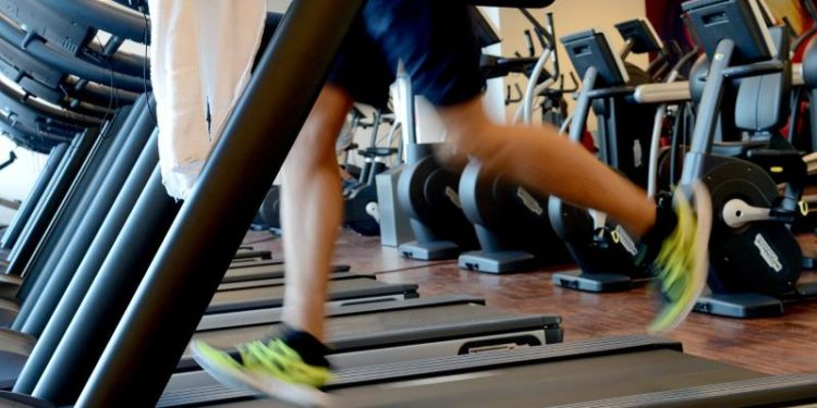 Eine Person läuft auf einem Laufband.