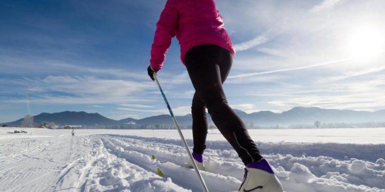 Eine Frau beim Ski-Langlauf.