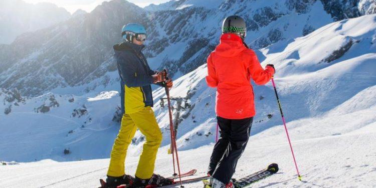 Zwei Personen beim Skifahren.