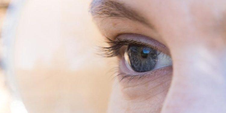 Eine Nahaufnahme eines weiblichen Auges.