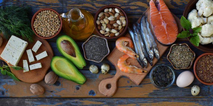 Verschiedene Omega-3-reiche Lebensmittel wie Fisch, Meeresfrüchte, Avocados und Nüsse