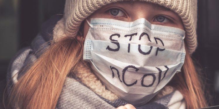 Eine junge Frau mit Mundschutz