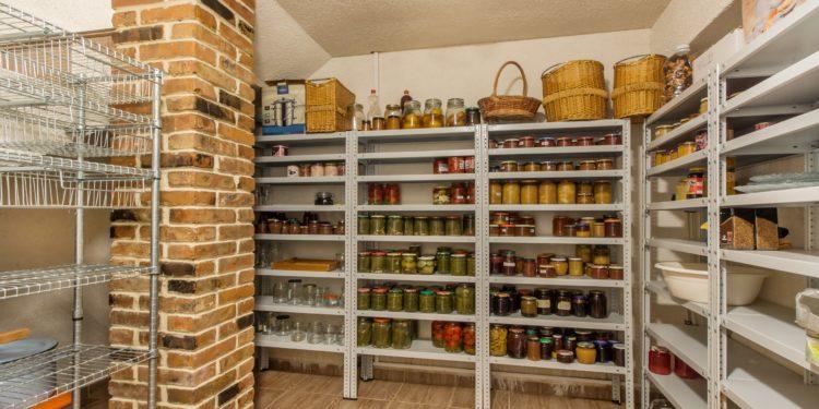 Raum mit Regalen voller gelagerter Lebensmittel in Gläsern