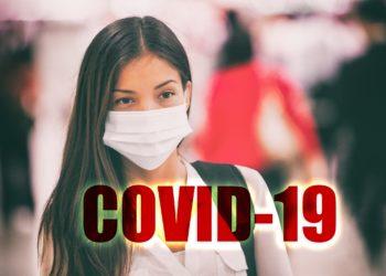eine Frau trägt eine Nasen-Mundschutzmaske.