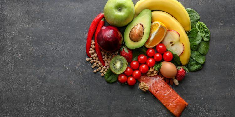 Verschiedene gesunde Lebensmittel sind so angeordnet, dass sie die Form eines Gehirns darstellen.
