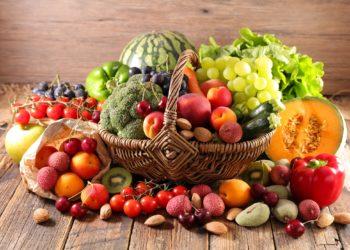 Ein Korb ist gefüllt mit verschiedenen Früchten und Gemüsesorten.