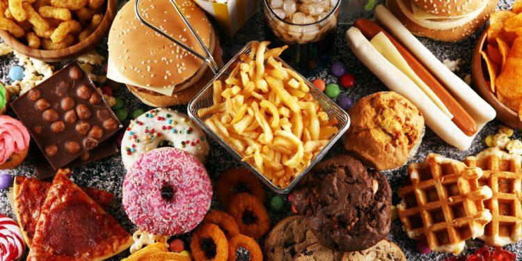 Eine Auswahl von ungesunden Lebensmitteln und Fast-Food-Gerichten.