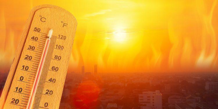Thermometer vor dem Hintergrund einer Stadt in der Hitze