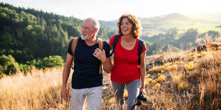 Älteres Paar beim Wandern auf einem Berg