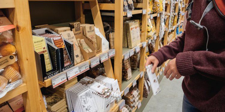 eine Süßigkeitenregal in einem Supermarkt