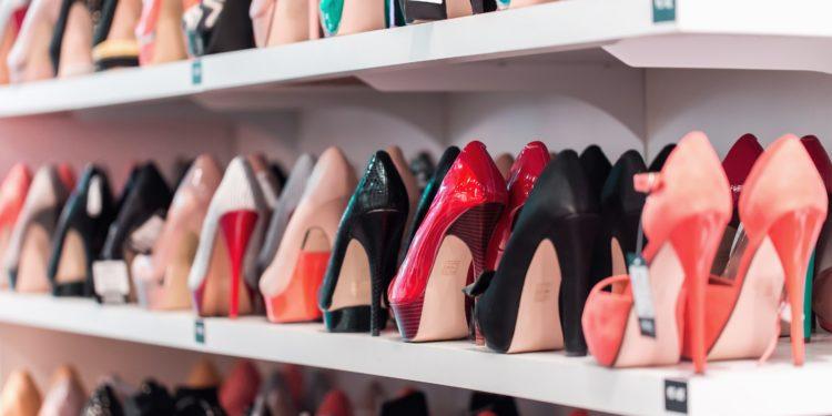 Ein Regal voll Schuhe in einem Schuhheschäft.