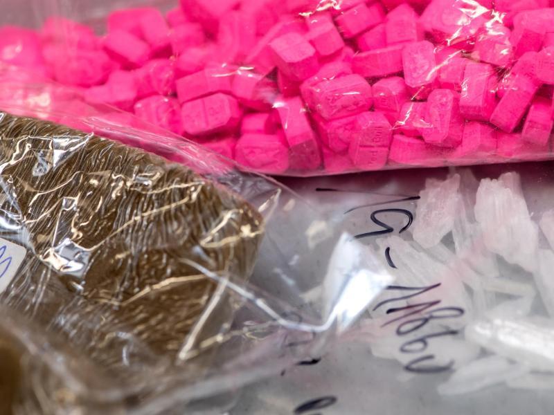 Verschiedene Drogen in Plastiktüten abgepackt.
