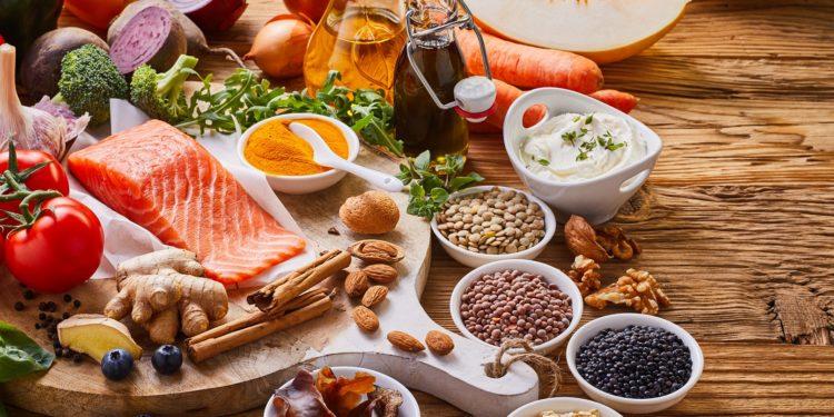 Eine Auswahl von gesunden Lebensmitteln.