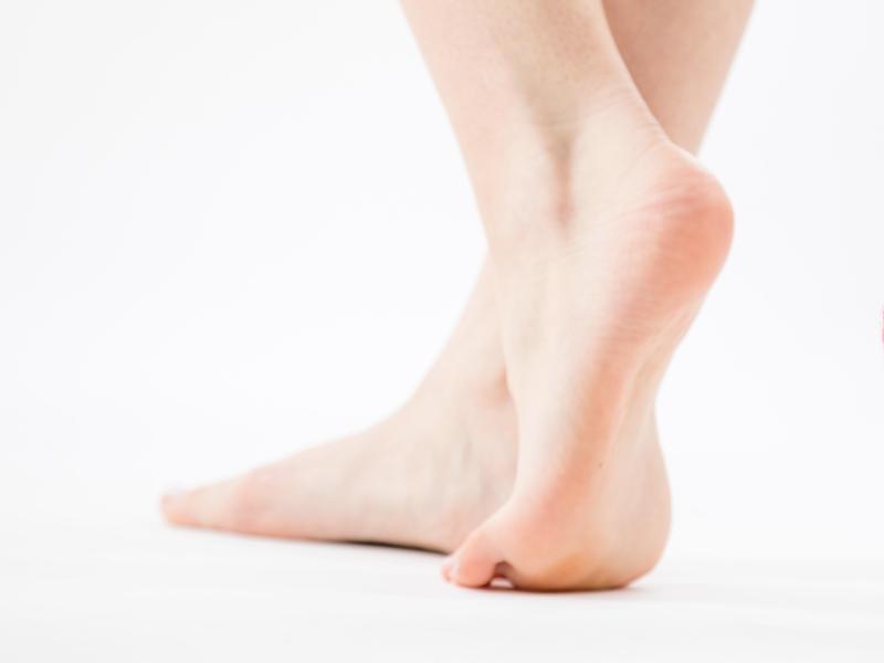 Ein Paar Füße in Nahaufnahme.