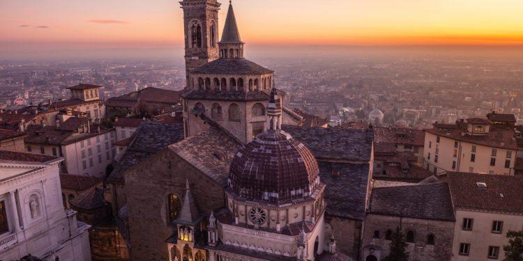 Eine Luftaufnahme der Altstadt in Bergamo, Italien.