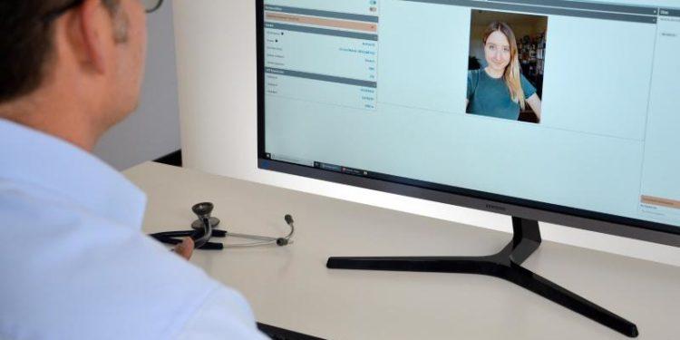 Ein Arzt telefoniert per Videochat mit einer Patientin.
