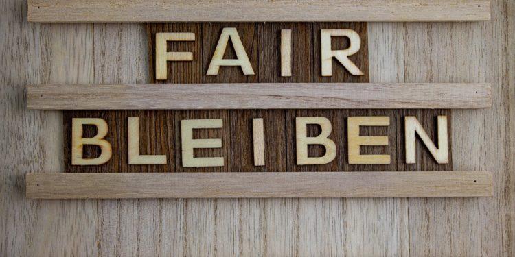 """Ein Bild zeigt die Aufschrift """"Fair bleiben""""."""