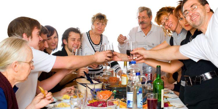 Eine Großfamilie beim Essen.