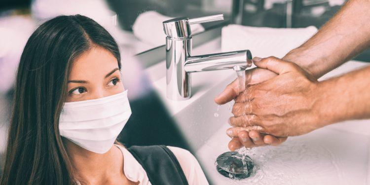 Fotomontage mit asiatischer Frau mit Schutzmaske und einem Mann, der sich im Waschbecken die Hände wäscht