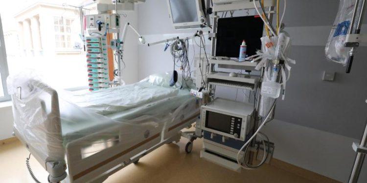 Ein Krankenhausbett in einer Intensivstation.