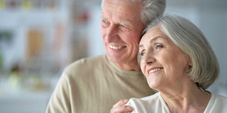 Lächelndes älteres Paar zuhause