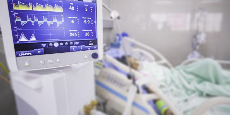 Beatmungsgerät, das einem Patienten auf einer Intensivstation über einen Schlauch Sauerstoff zuführt