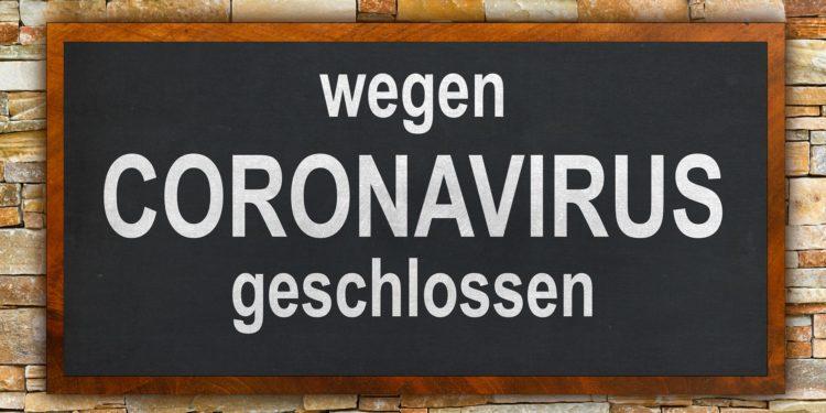 Auf einem Schild steht: Wegen Coronavirus geschlossen.