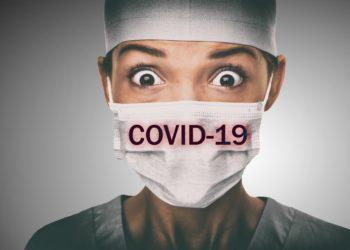 Frau mit Atemschutzmaske auf der Covid-19 steht.
