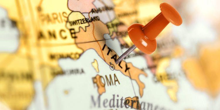 Auf einer Weltkarte ist Italien mit einem roten Pin markiert.