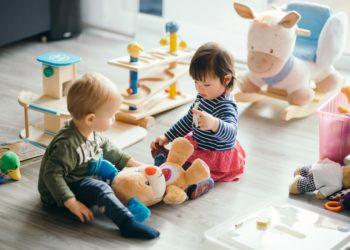 Zwei Kinder spielen in einem Kinderzimmer.