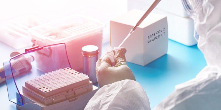Forscher im Labor mit Pipette
