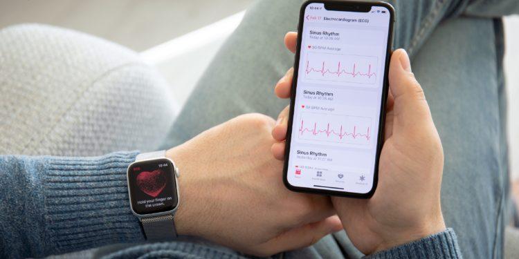 Mann beim EKG mit seiner Smartwatch