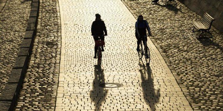 Zwei Fahrradfahrer fahren auf einem Fahrradweg.