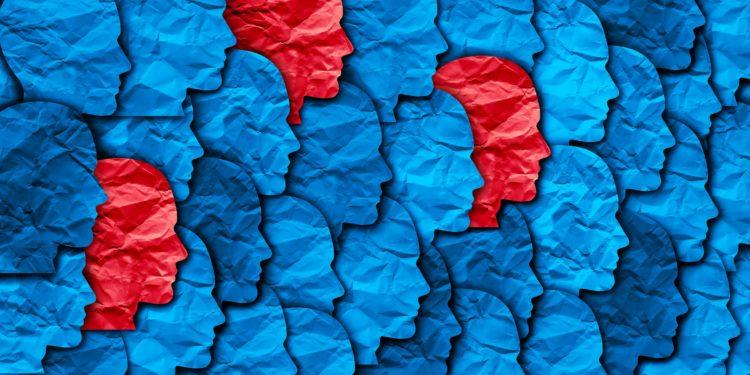 Zwischen vielen blau gefärbten Köpfen befinden sich einige rot eingefärbte.