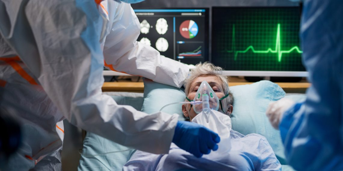 Künstlich beatmeter Patient auf einer Intensivstation