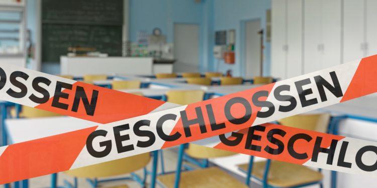 Ein Klassenzimmer ist mit einem Absperrband versperrt.