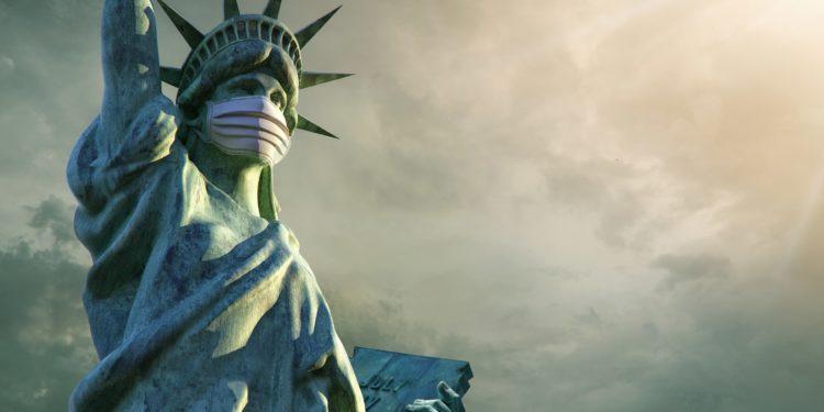 Die Freiheitsstatur in New York trägt einen Mundschutz.
