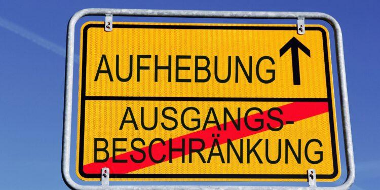 Ein Schild mit Aufhebung der Ausgangsbeschränkung in Deutschland