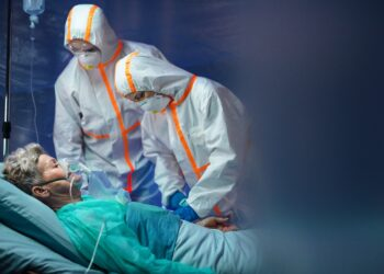 Welche Therapien verbessern bei schweren Fällen von COVID-19 die Überlebenswahrscheinlichkeit? (Bild: Halfpoint/Stock.Adobe. com)