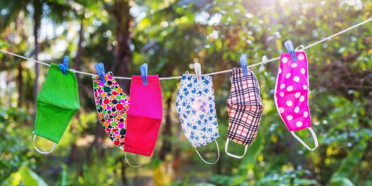Stoffmasken hängen in der Sonne auf einer Wäscheleine