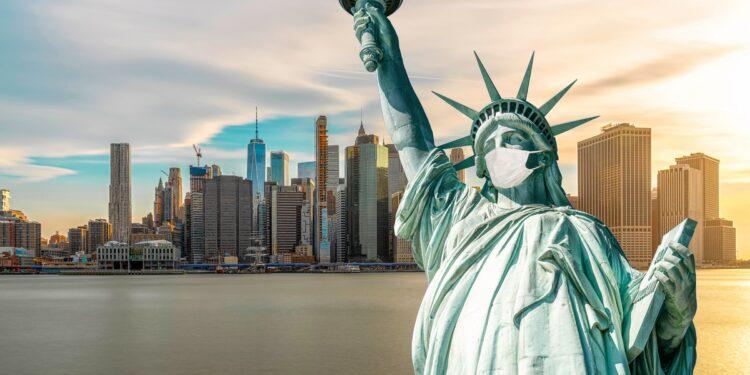 Die Freiheitsstatur in New York trägt eine Atemschutzmaske.