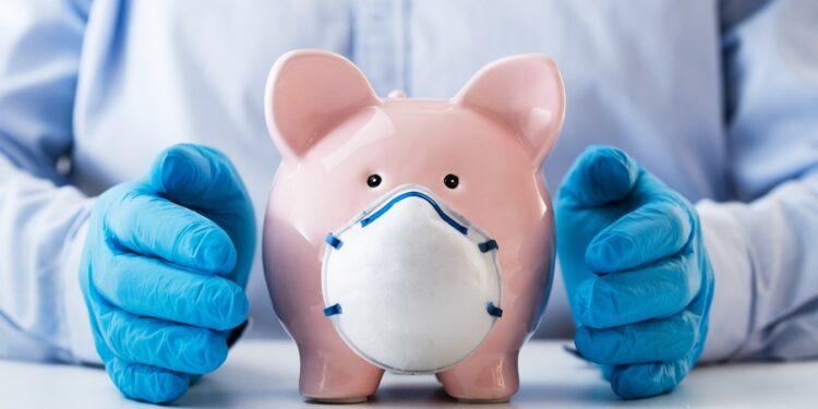Ein Sparschwein trägt eine Atemschutzmaske.