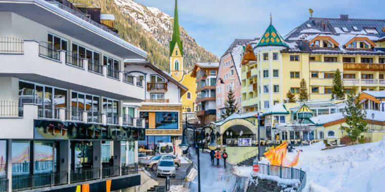 Winterliche Aufnahme des Ortes Ischgl in den österreichischen Alpen