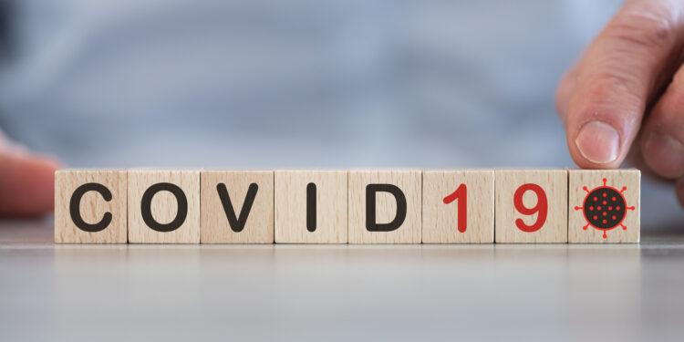 Das Wort COVID19 uas Holzwürfeln zusammengesetzt