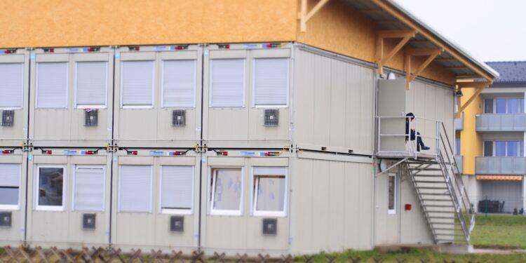 Wohncontainer in einer Sammelunterkunft für Flüchtlinge.