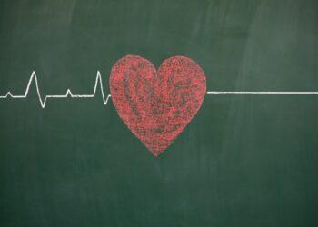 Eine anfangs gezackte Linie, die plötzlich gerade verläuft, symbolisiert ein stehengebliebenes Herz.